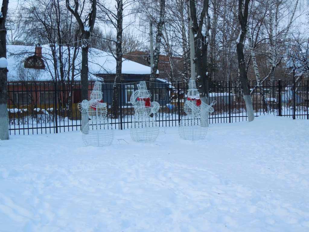 Снеговики возле Дома Культуры