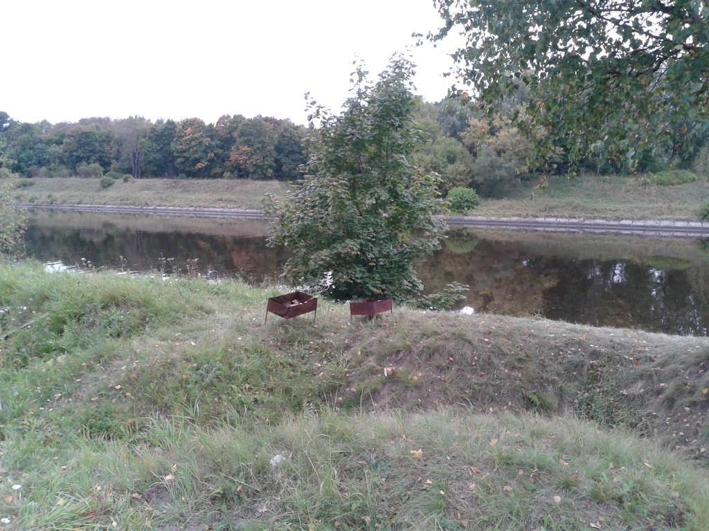 Обелиск на берегу канала