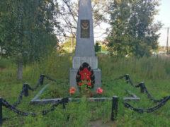 Памятник в деревне Парамоново